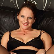Mature whore Anna gets stripping