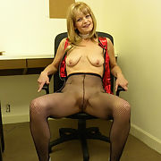 Sexy milf JENNY loves to pose for you and me