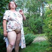 Ich mußte im Park vor Zuschauern meine nackte Fotze präsentieren und wurde