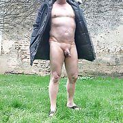 Moi, je suis une petite pute et j'aime être nu sous mon manteau