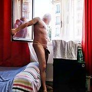 Je vis nu à la maison et même devant la fenêtre