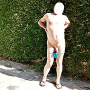 J'aime jouer les coquines en string dans le jardin